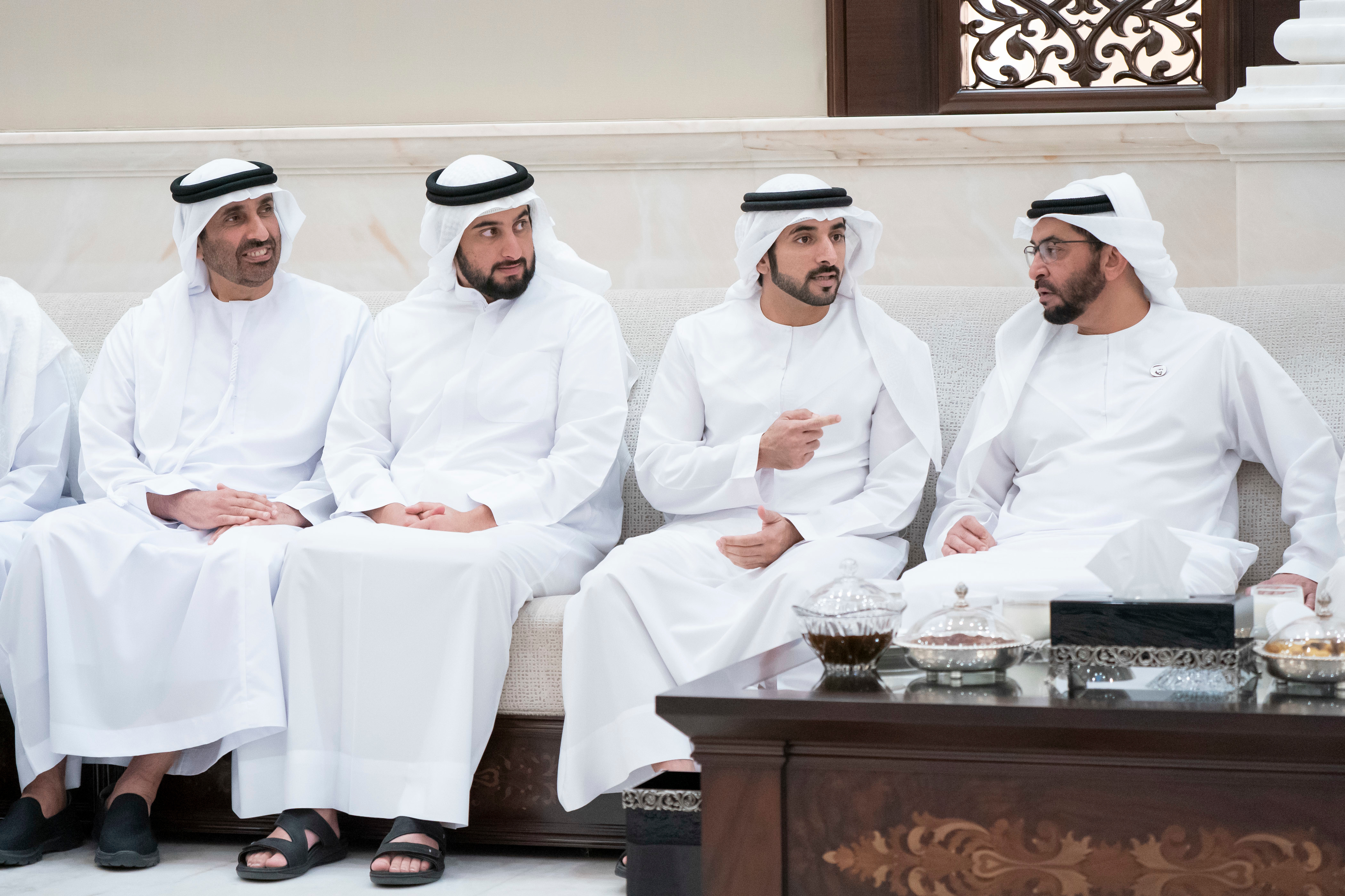 محمد بن زايد يستقبل محمد بن راشد بقصر البطين ويتبادلان مع